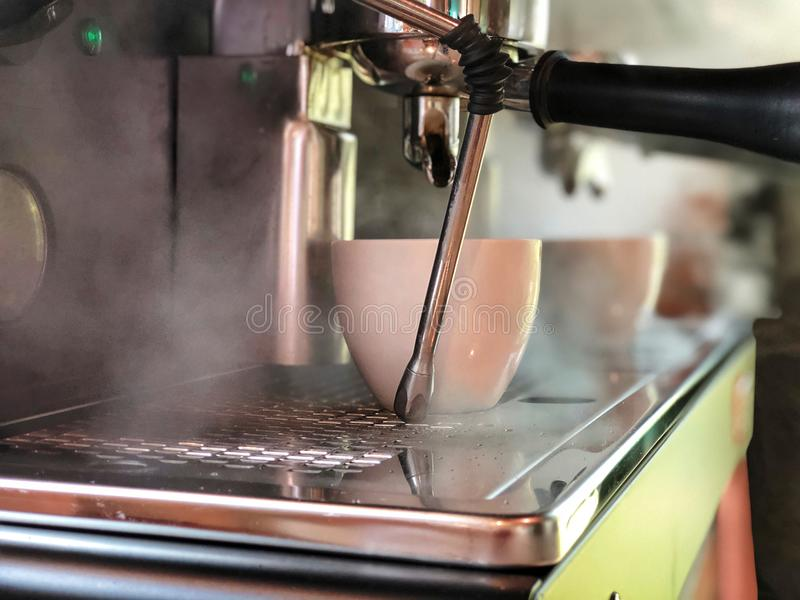 Koffiezetapparaat met witte kop royalty-vrije stock foto's
