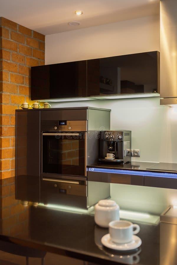 Koffiezetapparaat in moderne keuken stock afbeeldingen