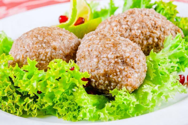 Kofta d'Icli Plat turc Boulettes de viande avec le bulgur images stock