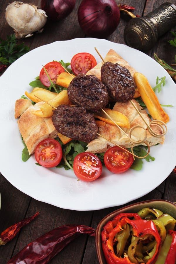 Kofta kebab z smażącym flatbread i grulami obrazy royalty free