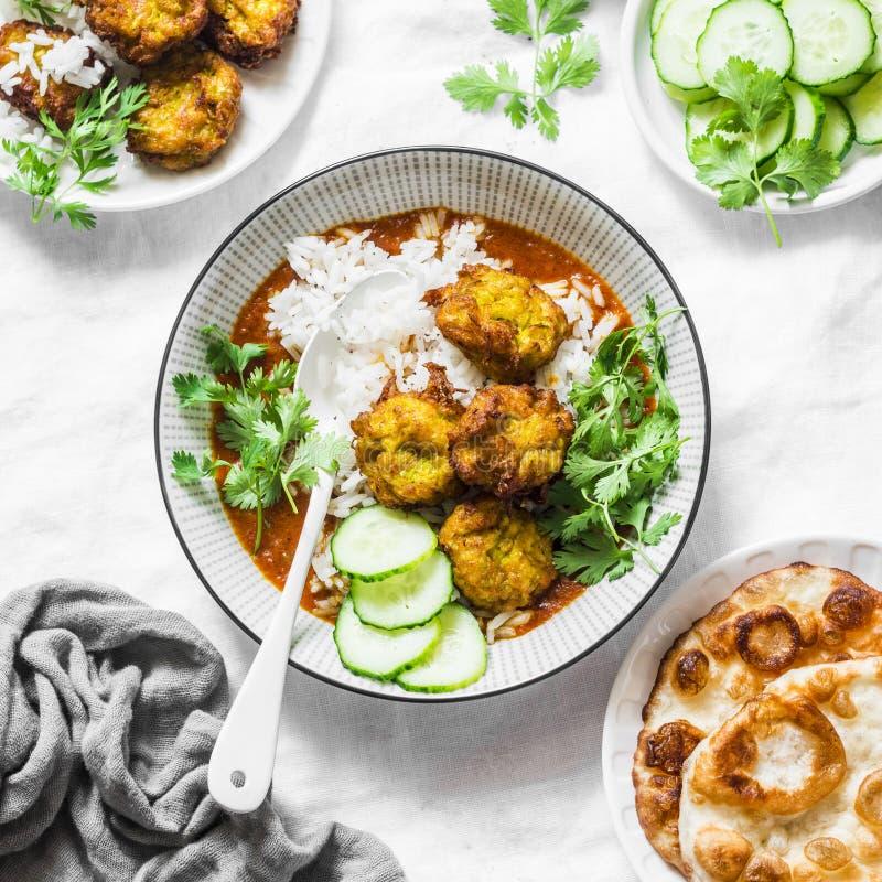 Kofta van de pompoenpompoen met rijst en kerriesaus Gezond vegetarisch voedsel op lichte achtergrond stock foto