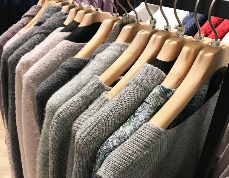 Koftan på kläder rack för vinterbokslut arkivfoto