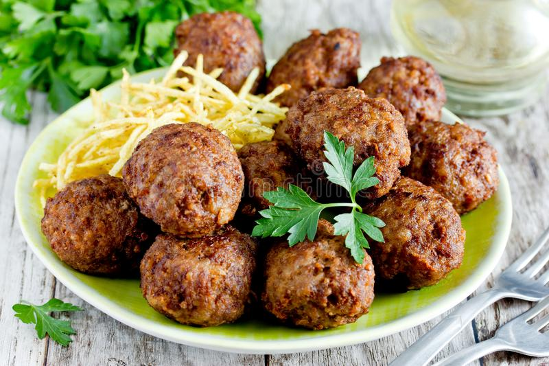 Kofte turco di kuru delle polpette guarnito con la patata fritta fotografia stock libera da diritti
