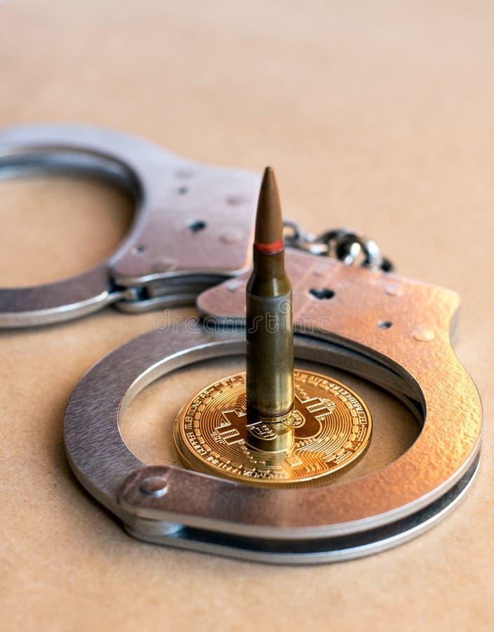 Kogel, bitcoin en handcuffs als abstract symbool van misdaden en corruptie stock fotografie
