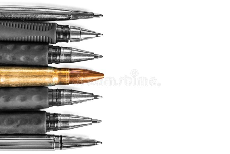 Kogel en pennen op witte achtergrond De persvrijheid is concept in gevaar het concept van de de vrijheidsdag van de wereldpers stock foto