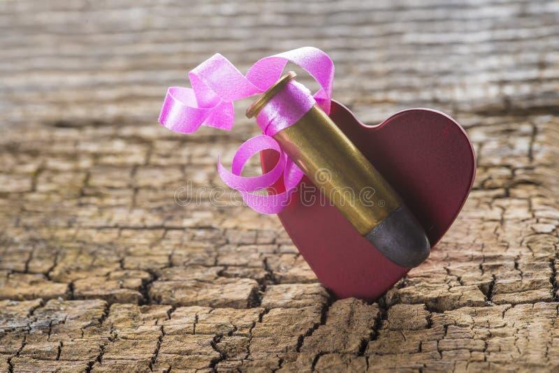 Kogel met een hart als een gift wordt verfraaid die royalty-vrije stock afbeelding