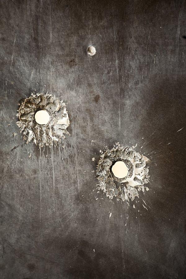Kogelgaten in metaaloppervlakte royalty-vrije stock afbeelding