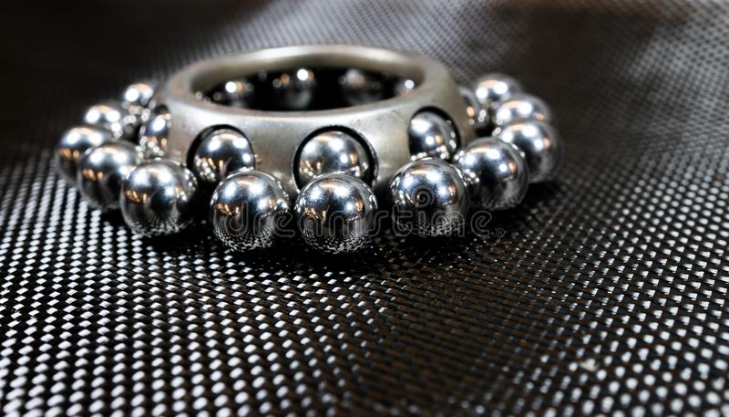 Kogellagers en wiel die op de doek van de koolstofvezel dragen royalty-vrije stock afbeeldingen
