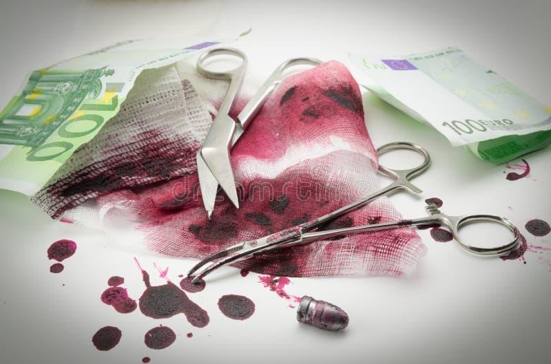 Kogels, bloed, verband en geld stock fotografie