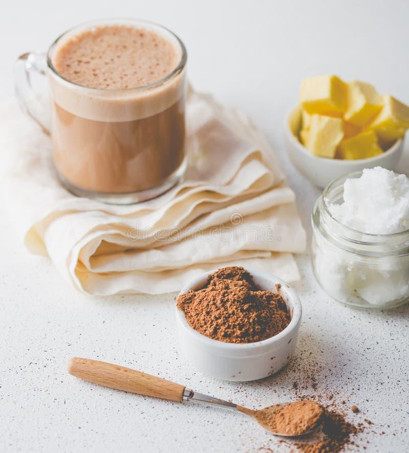 KOGELVRIJE CACAO Ketogenic keto dieet hete drank Cacao met kokosnotenolie en boter die wordt gemengd Kop van kogelvrije cacao stock afbeelding