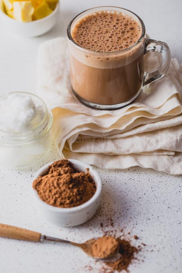 KOGELVRIJE CACAO Ketogenic keto dieet hete drank Cacao met kokosnotenolie en boter die wordt gemengd Kop van kogelvrije cacao stock foto