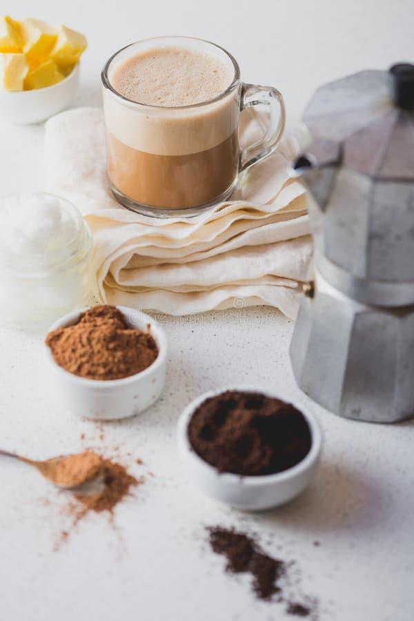 KOGELVRIJE CACAO Ketogenic keto dieet hete drank Cacao met kokosnotenolie en boter die wordt gemengd Kop van kogelvrije cacao stock fotografie