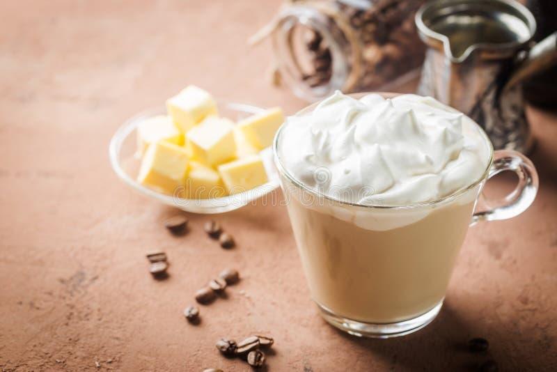 Kogelvrije koffie, keto ontbijt royalty-vrije stock afbeeldingen