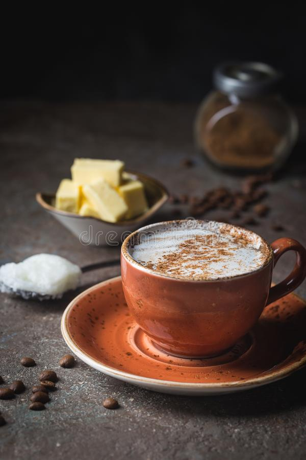 Kogelvrije koffie, keto ontbijt stock afbeelding