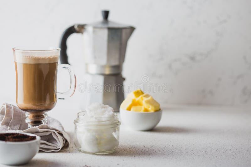 Kogelvrije koffie Ketogenic keto dieet coffe met kokosnotenolie en boter die wordt gemengd Kop van kogelvrije koffie en stock foto's