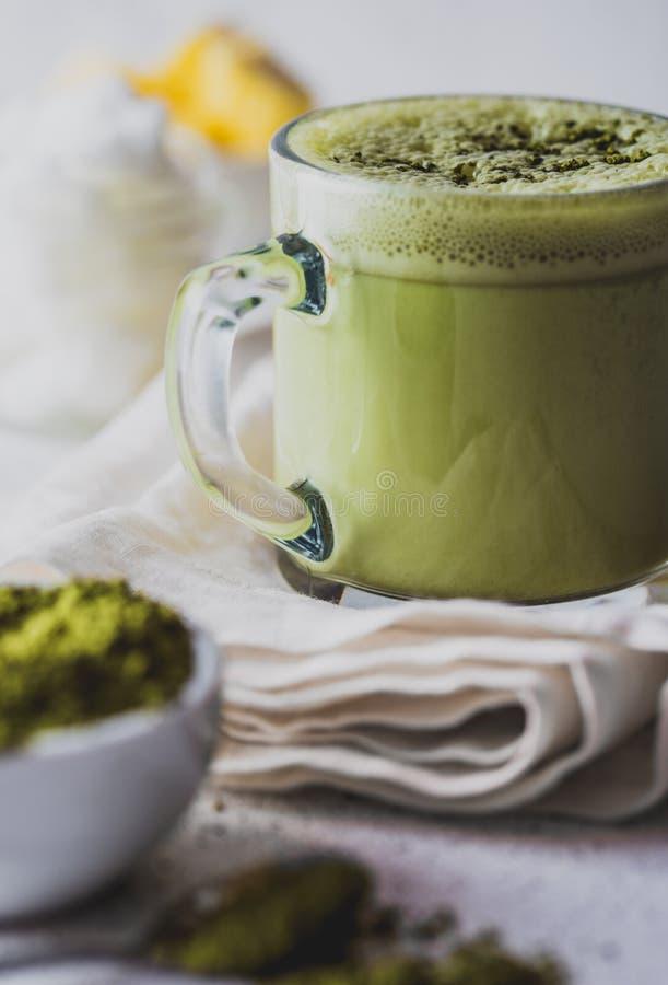 KOGELVRIJE MATCHA Ketogenic keto dieet hete drank Theematcha met kokosnotenolie en boter die wordt gemengd Kop van kogelvrij stock fotografie