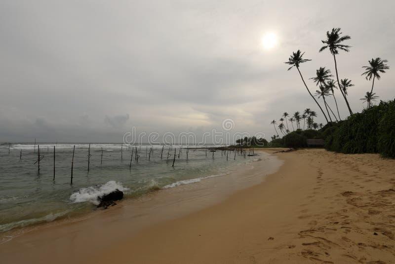 Koggala海滩的高跷渔夫在斯里兰卡 图库摄影