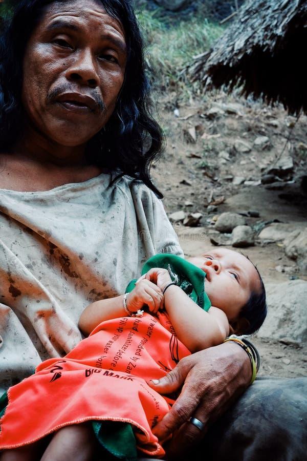 Kogi stam- unge som nästan gör tvätterit i den närliggande strömmen deras hem arkivbilder