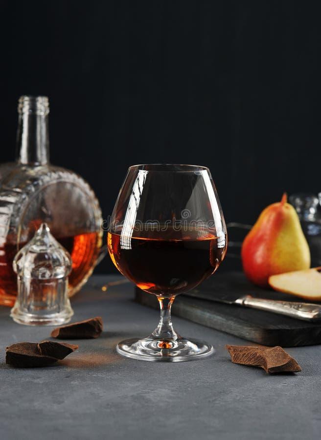 Kognak in einem Glas mit Schokolade und Birne stockfoto