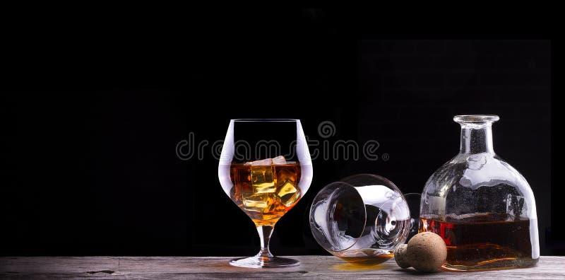Kognak oder Weinbrand auf einem Holztisch lizenzfreie stockfotografie