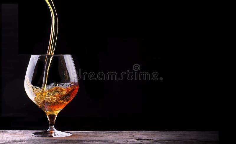 Kognak oder Weinbrand auf einem Holztisch lizenzfreies stockbild