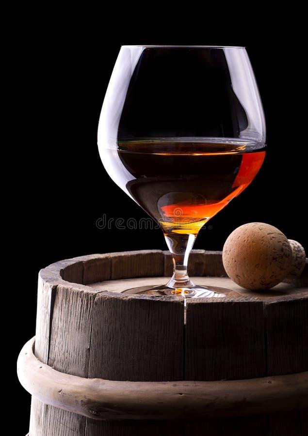 Kognak oder Weinbrand auf einem Schwarzen stockfotos