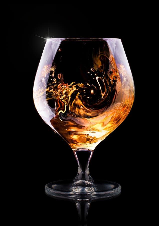 Kognak oder Weinbrand auf einem Schwarzen lizenzfreie stockfotografie
