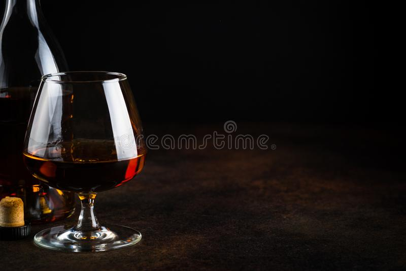 Kognak oder Weinbrand im Glas lizenzfreie stockfotos