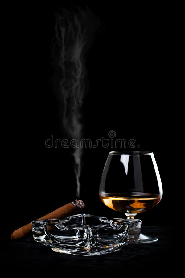 Kognak und Zigarre lizenzfreie stockbilder