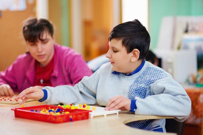 Kognitiv utveckling av ungar med handikapp royaltyfri fotografi