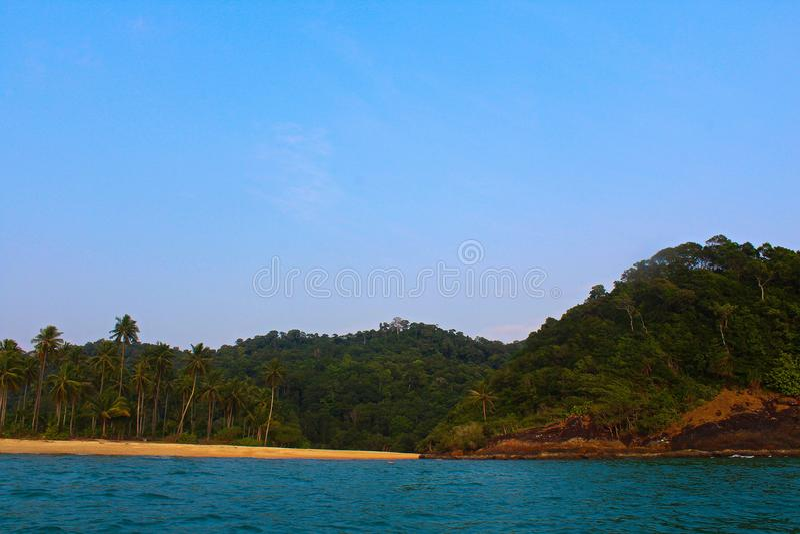 Koh Chang durch Boot lizenzfreie stockbilder