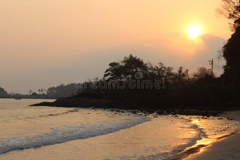 Koh Chang Sunset na praia foto de stock
