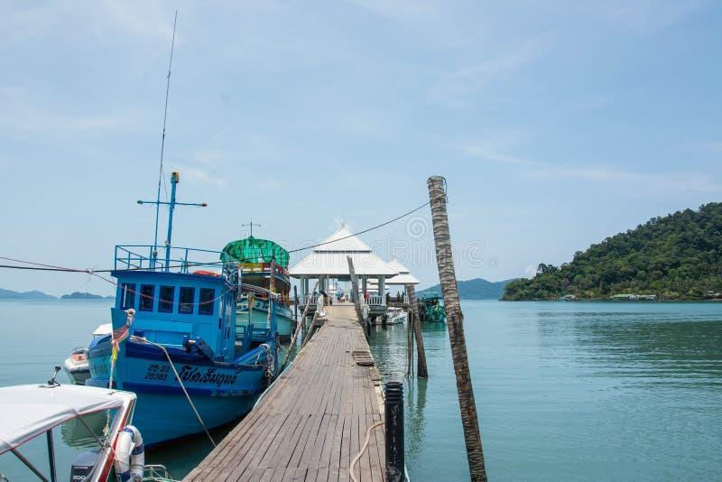 KOH CHANG, THAILAND - MEI 07, 2016: Toeristenboot bij de pijler in de visserijdorp van Klapbao stock foto's