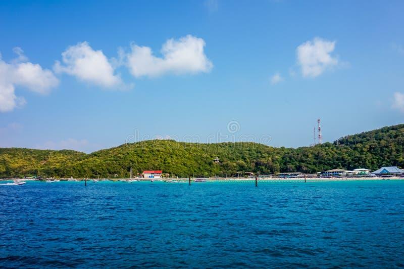 Koh Larn, Thaïlande - 15 juin 2016 : Mer bleue et verte colorée avec le ciel bleu l'été, foyer sélectif photos stock