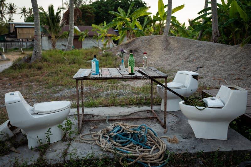 Koh Lipe Thailand - Februari 20, 2019: Improviserad stång med toalettplatser och alkohol på tabellen fotografering för bildbyråer