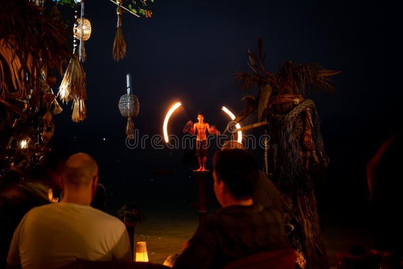 Koh Lipe, Thainald - 19 de febrero de 2019: Un Fuego-comedor que se realiza en la playa de Koh Lipe imágenes de archivo libres de regalías