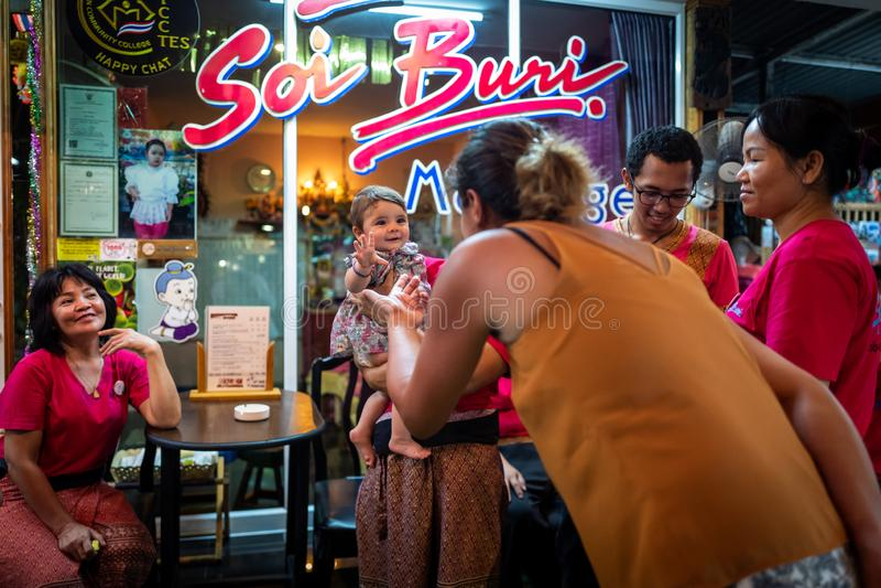 Koh Lipe, Thainald - 20 de fevereiro de 2019: senhoras da massagem com o bebê bonito em Koh Lipe fotografia de stock