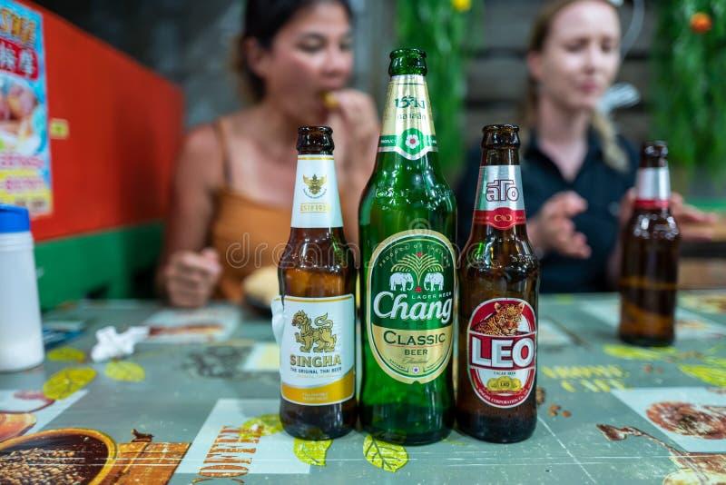 Koh Lipe, Thainald - 20 febbraio 2019: Birre tailandesi con le ragazze caucasiche nel fondo immagine stock libera da diritti