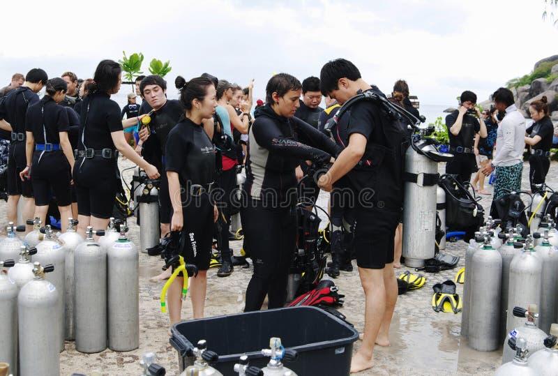 KOH NANGUAN, THAILAND - OKTOBER 22, 2013: grupp av dykare som förbereder sig till att dyka arkivfoton