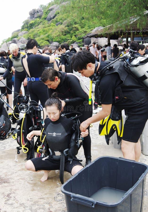 KOH NANGUAN, THAILAND - OKTOBER 22, 2013: grupp av dykare som förbereder sig till att dyka fotografering för bildbyråer