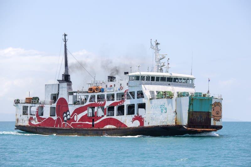 KOH PHANGAN, ТАИЛАНД - паром раджи транспортируя пассажиров, автомобилей и товаров от пристани Donsak к остров порту Samui и Phan стоковое изображение rf
