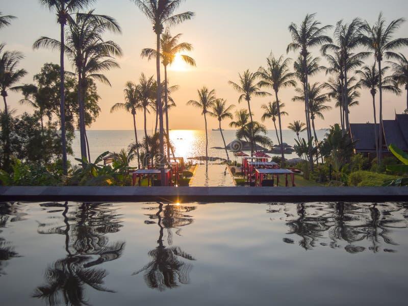 Koh Phangan, TAILANDIA - 15 marzo 2017 - il tramonto della località di soggiorno di lusso rivaleggia fotografia stock libera da diritti