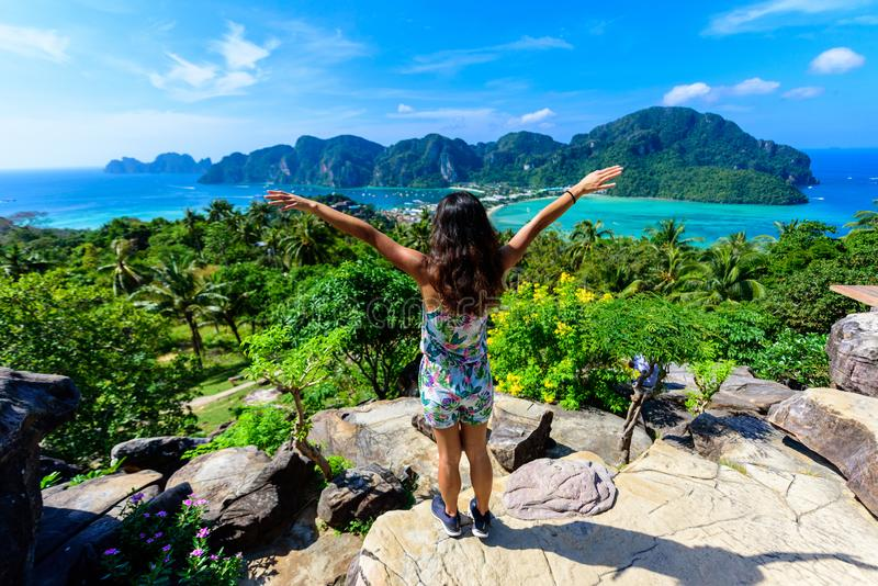 Koh Phi Phi Don, punto de vista - muchacha que disfruta de la hermosa vista de la bah?a del para?so desde arriba de la isla tropi imagenes de archivo