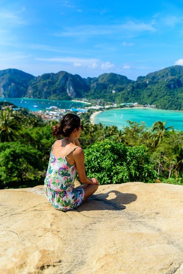 Koh Phi Phi Don, punto di vista - ragazza che gode di bella vista della baia di paradiso dalla cima dell'isola tropicale Vista da immagine stock libera da diritti