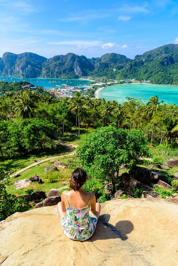 Koh Phi Phi Don, Standpunkt - M?dchen, das sch?ne Ansicht der Paradiesbucht von der Spitze der Tropeninsel genie?t Ansicht von de lizenzfreie stockbilder