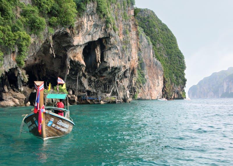 Koh Phi Phi Ley Island, Thaïlande - 15 juillet 2018 : Un bateau thaïlandais de longtail ancré près de l'entrée chez Viking Cave d image libre de droits