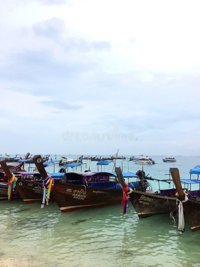 KOH PHI-PHI, TAILANDIA - 3 DICEMBRE 2016: Barca tailandese tradizionale sulla spiaggia dell'isola di Phi Phi in Tailandia al fotografie stock libere da diritti