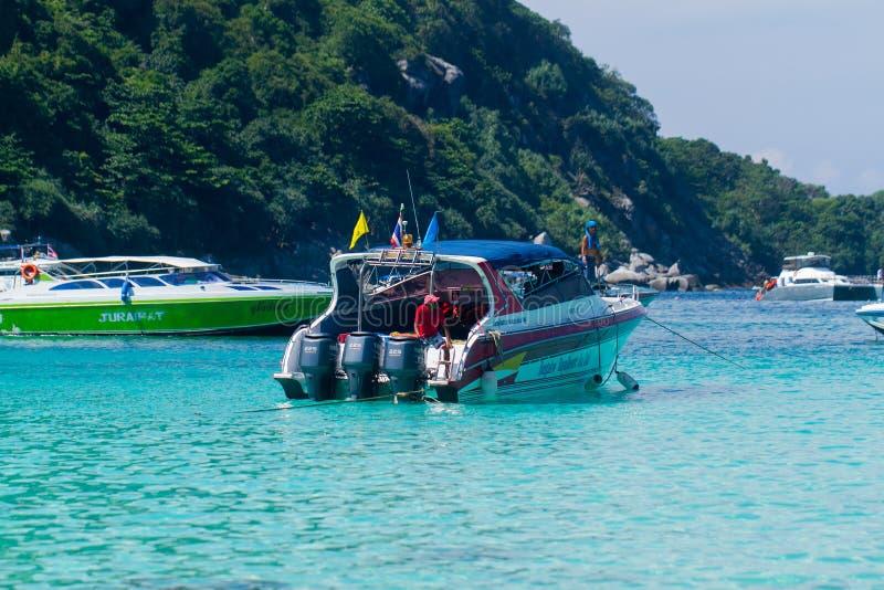 KOH RACHA, TAILÂNDIA - 15 DE DEZEMBRO DE 2013: Barcos de motor da velocidade em uma baía perto do estacionamento da praia fotografia de stock