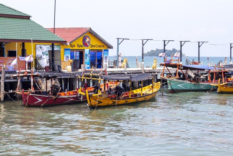 Koh Rong ö, Cambodja - April 7, 2018: Sjösidasikt med dykmitten och fartyg Turist- ställe på den tropiska ön arkivfoton