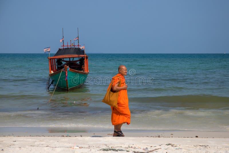 Koh Rong-Insel, Kambodscha - 7. April 2018: Buddhistischer Mönch in der orange Kleidung auf weißem Sandstrand stockfotos
